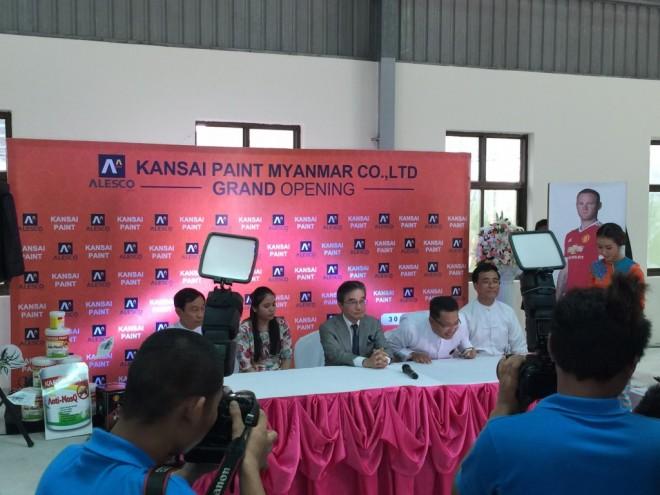 ミャンマーのメディアから質問を受ける石野社長。通訳は全国建物調査診断センターが担当した