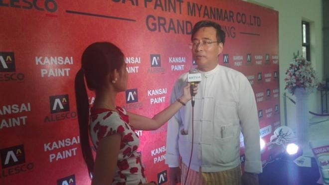 取材を受ける関西ペイント・ミャンマーのタウン社長