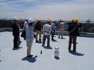 参加者は約30人。足場から屋上へと、普段目にしない光景を見学