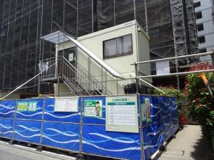 共通仮設工事として作業員休憩所、資材倉庫を設置。現場事務所はマンション内の2階コミュニティールームを借用した