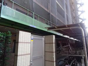 建物に隣接した駐輪場付近でも枠組み足場が採用できす、ゴンドラを採用