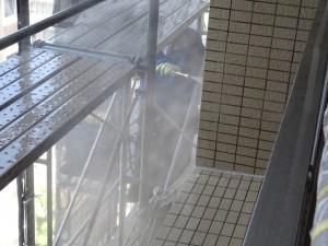 見学会中に作業していた外壁高圧水洗浄の様子