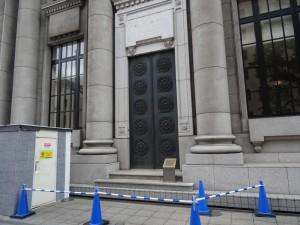 マンションは昭和9年竣工の旧東京三菱銀行横浜中央支店跡地に立地