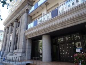 マンションの低層部は銀行時代の外観意匠を復元している