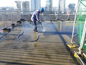 21階屋上の高圧水洗浄作業の様子